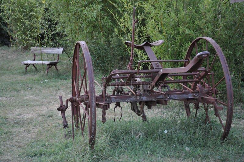Oude rode landbouwmachine stock fotografie