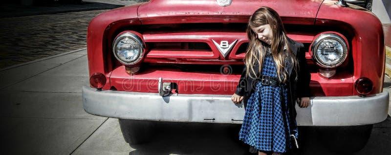 Oude rode motor en jong blauw meisje royalty-vrije stock fotografie