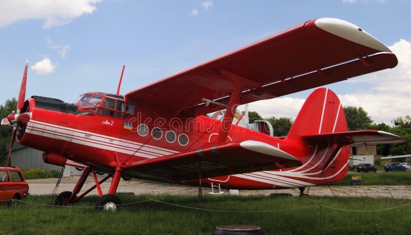 Oude rode Oekraïense Antonov-zuiger motorige tweedekker royalty-vrije stock afbeeldingen