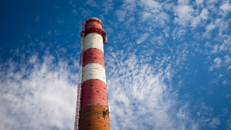 Oude rode pijp op blauwe hemelachtergrond stock afbeelding