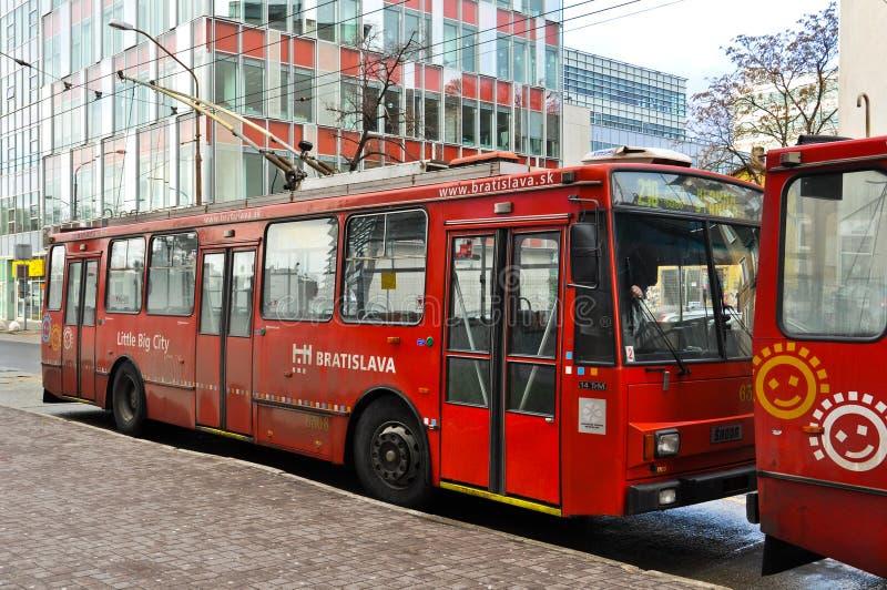 Oude rode skodatrolleybus in Bratislava, Slowakije royalty-vrije stock foto's