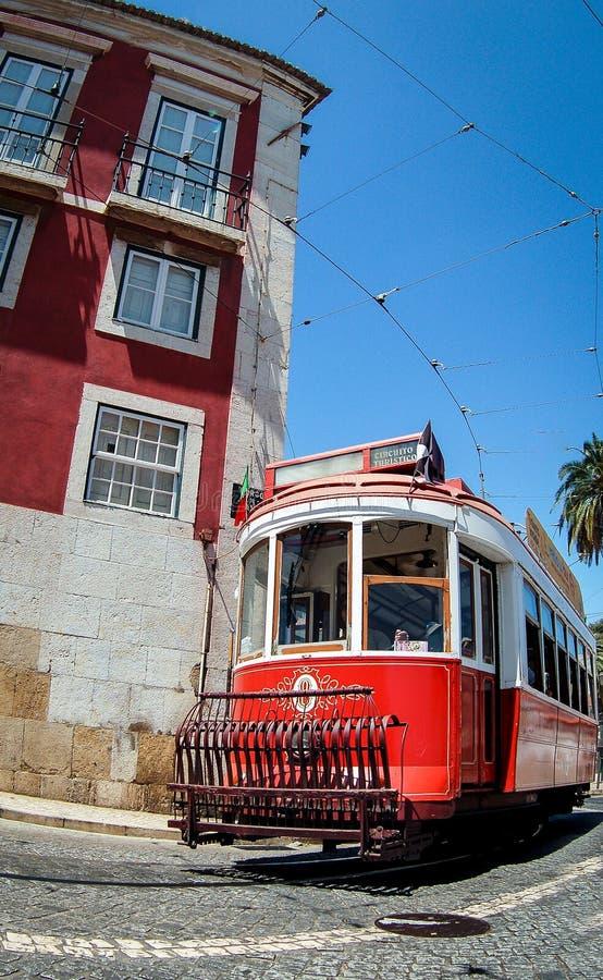 Oude rode tram in de straten van Lissabon royalty-vrije stock foto's