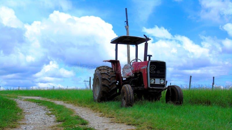 Oude rode verlaten tractor stock afbeelding