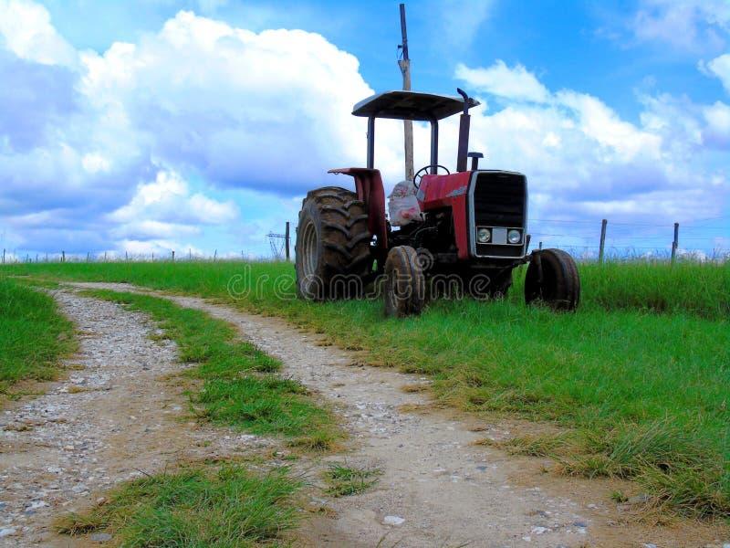 Oude rode verlaten tractor stock foto's