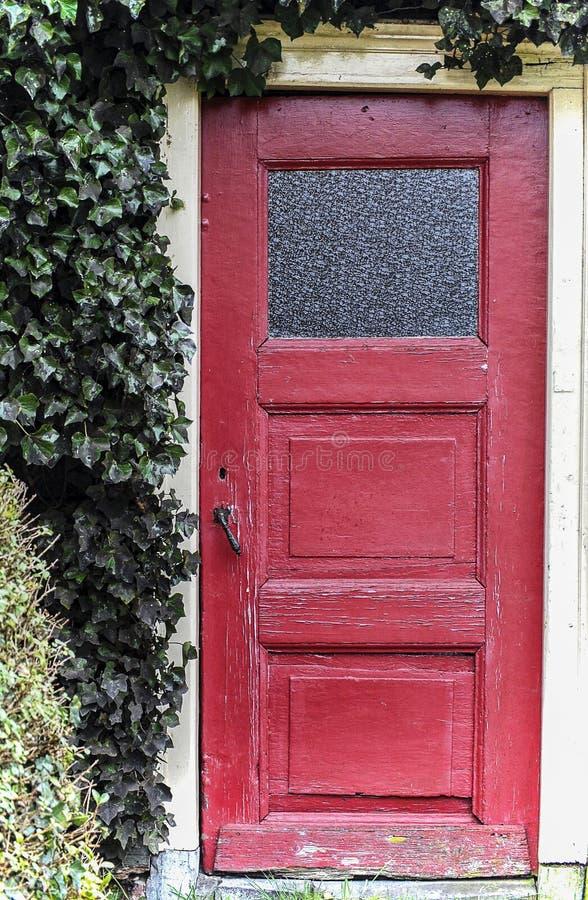 Oude oude rode voordeur royalty-vrije stock foto's