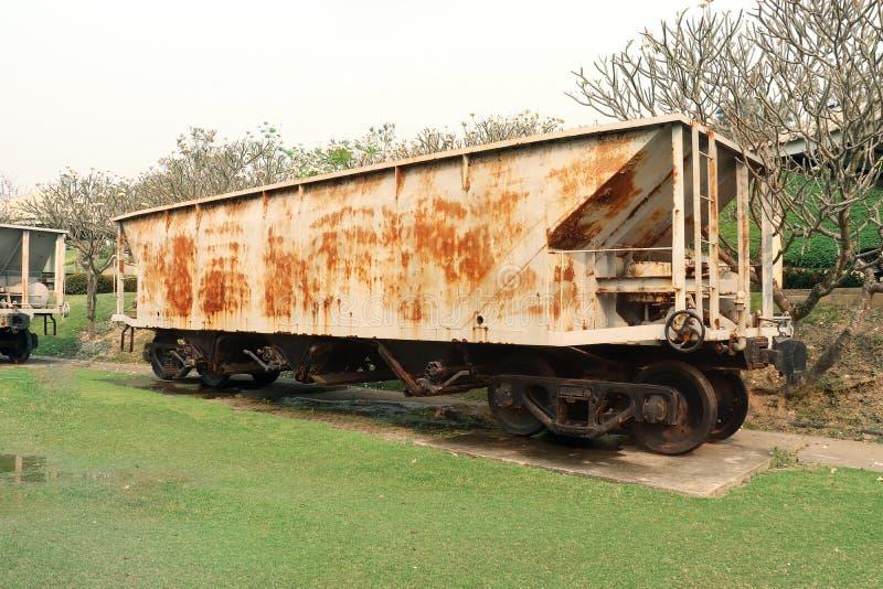 Oude roestig uit ordetrein van mijnbouw, Verlaten trein op groene tuin royalty-vrije stock foto