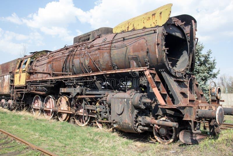 Oude roestige afbrokkelende locomotief in de verlaten post royalty-vrije stock afbeeldingen