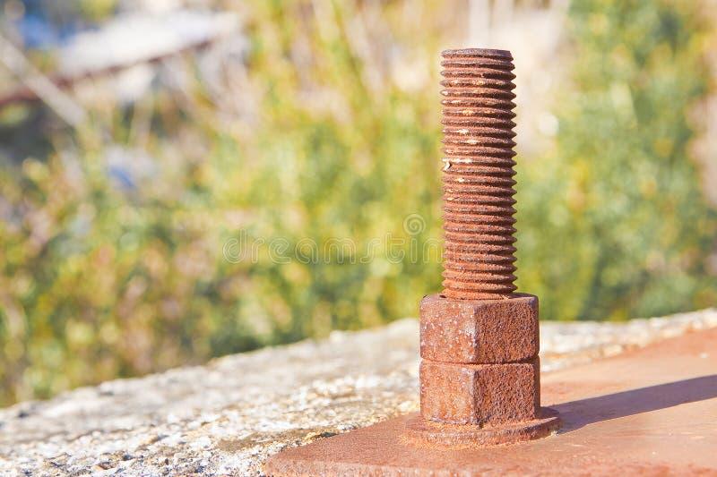 Oude roestige ankerbout met ijzerplaat - beeld met exemplaarruimte stock foto