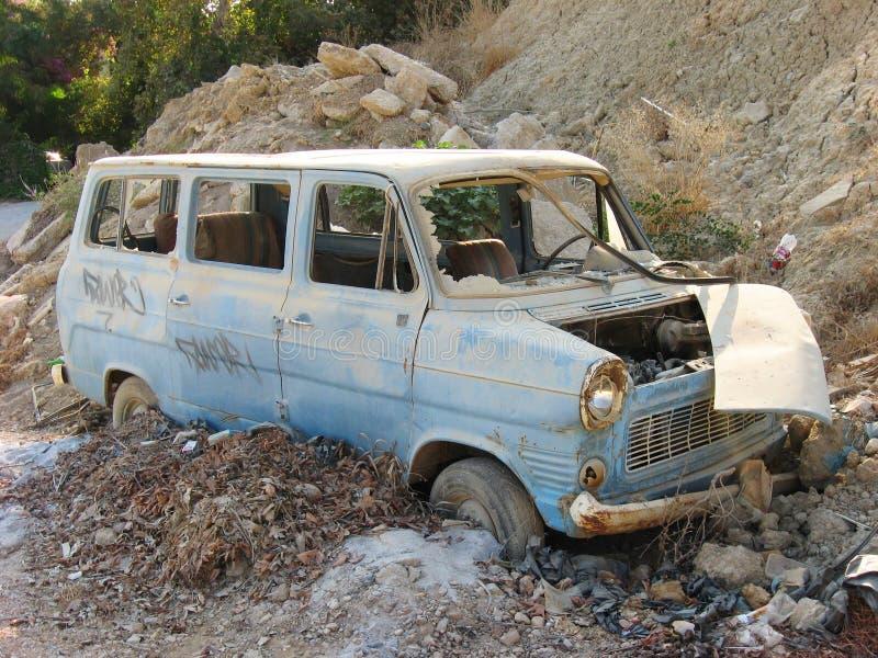 Oude roestige auto bij troepwerf stock afbeeldingen