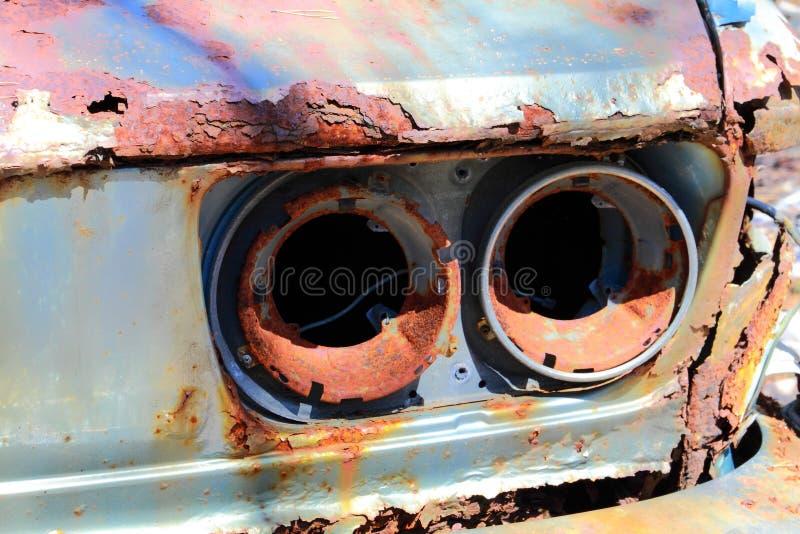 Oude roestige auto royalty-vrije stock afbeelding