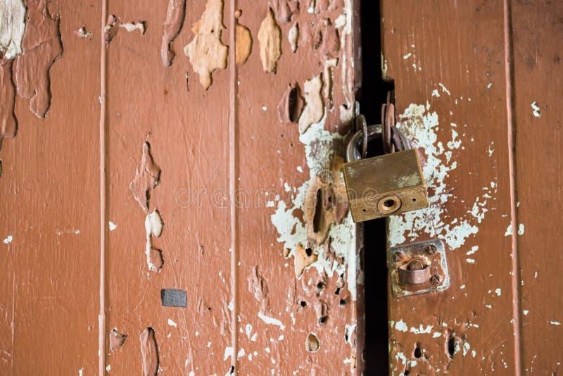 Oude roestige bout met slot op de deur royalty-vrije stock fotografie