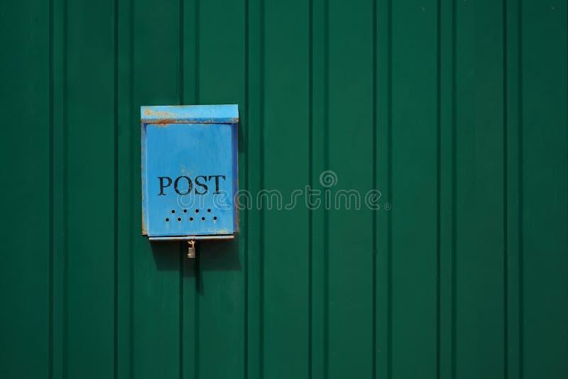 Oude roestige brievenbus op de metaalmuur stock afbeeldingen