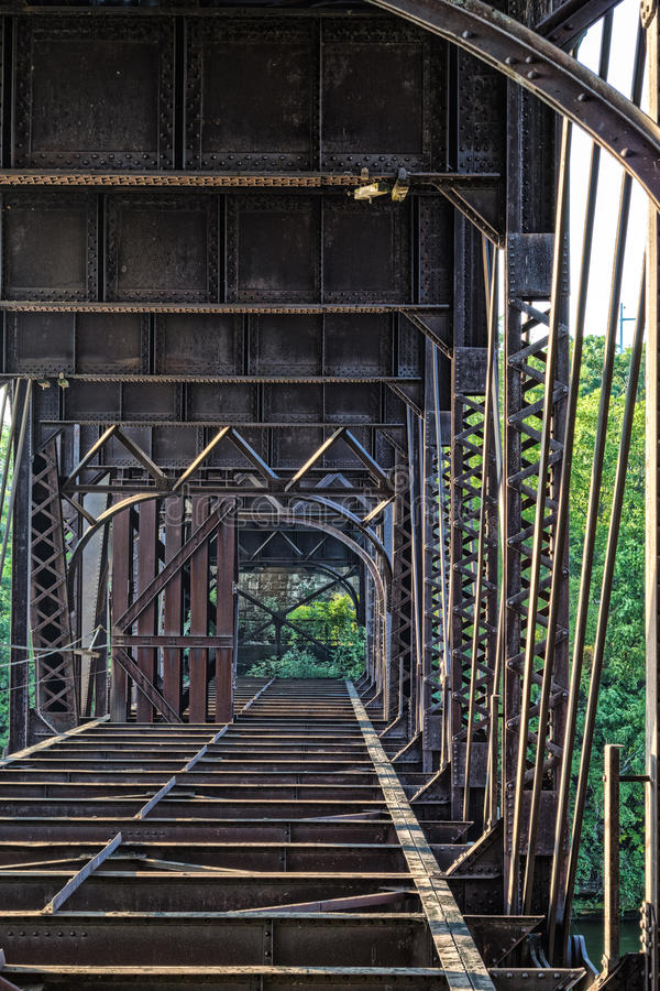 Oude roestige brug royalty-vrije stock fotografie