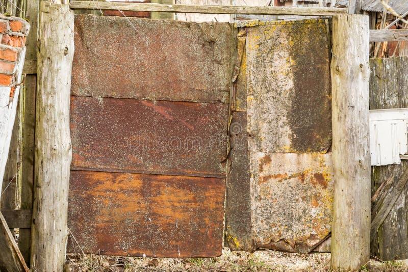 Oude roestige deur van verlaten opslag, lelijke poort van roestig metaal royalty-vrije stock foto's