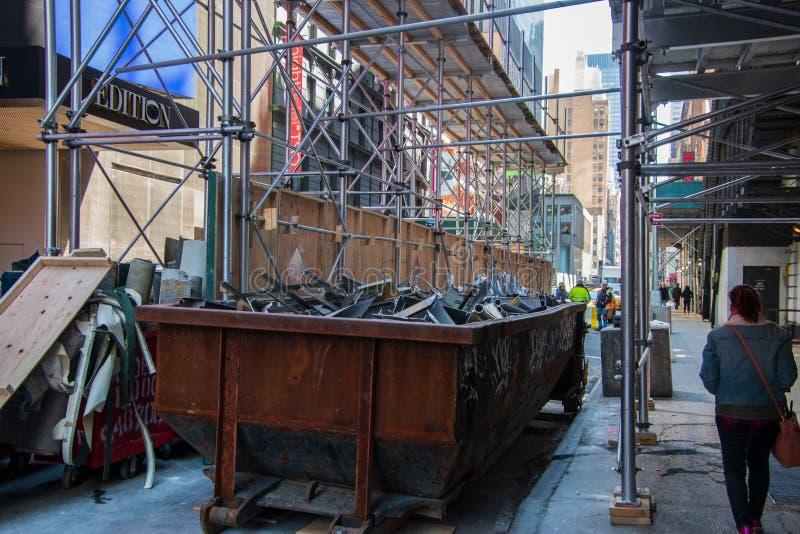 Oude roestige dumpster op een bouwwerf van de stadsstraat royalty-vrije stock fotografie