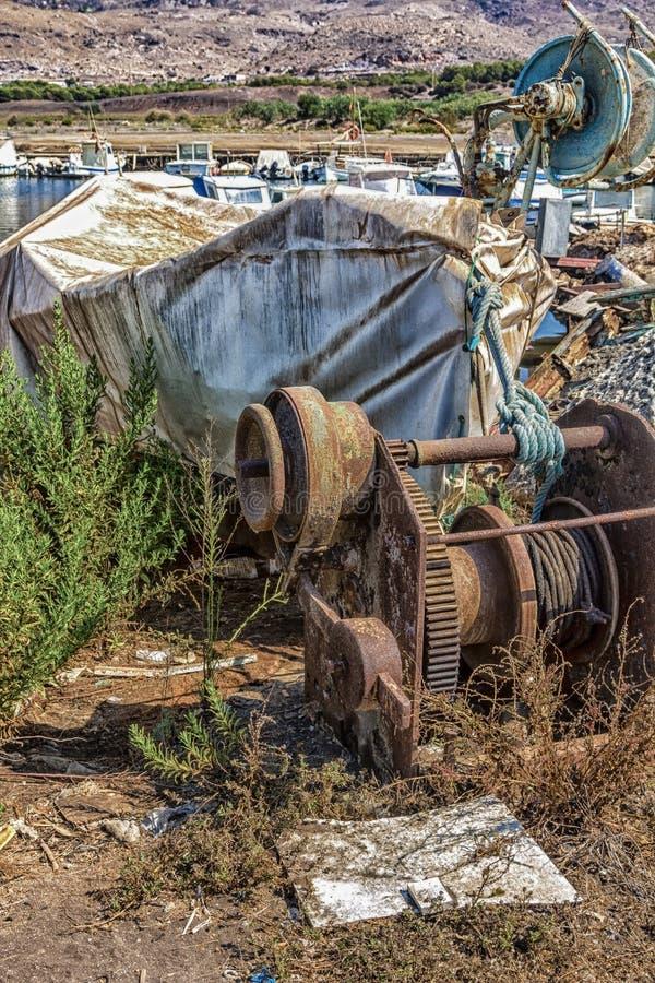 Oude roestige en verlaten machines om boten uit het overzees te verwijderen stock foto's