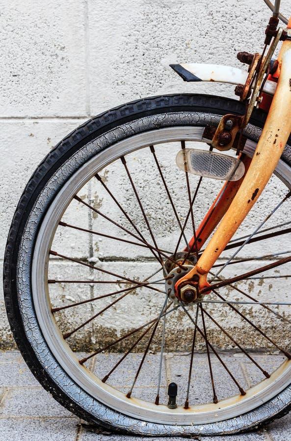Oude roestige fiets royalty-vrije stock foto
