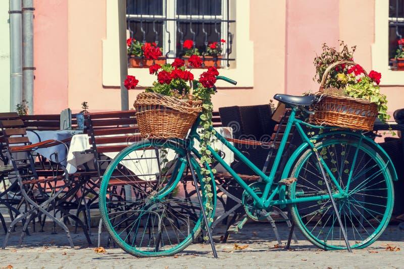 Oude roestige fiets met bloemen stock foto