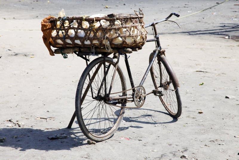 Oude roestige fiets met een mand stock afbeeldingen