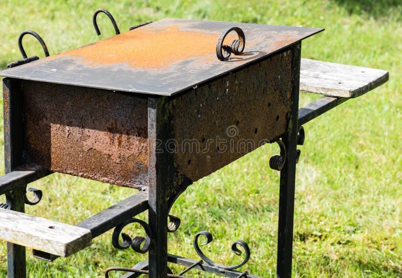 Oude roestige grill buiten royalty-vrije stock fotografie