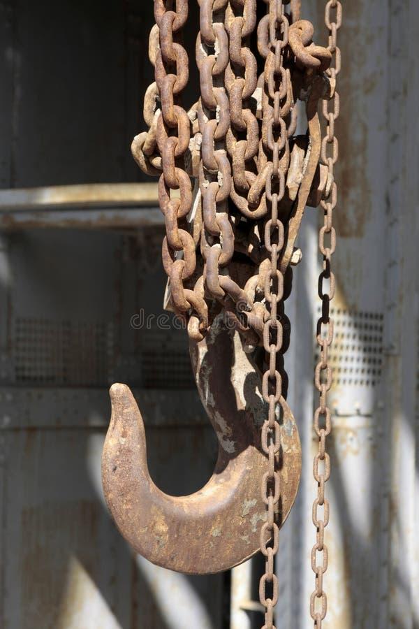 Oude roestige haak en ketting in verlaten kolenmijn stock foto's