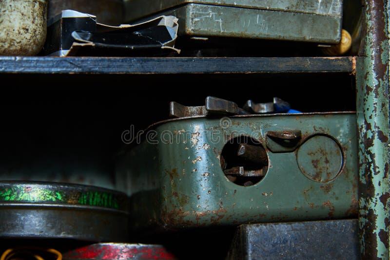 Oude roestige hulpmiddelen op het garagerek stock foto