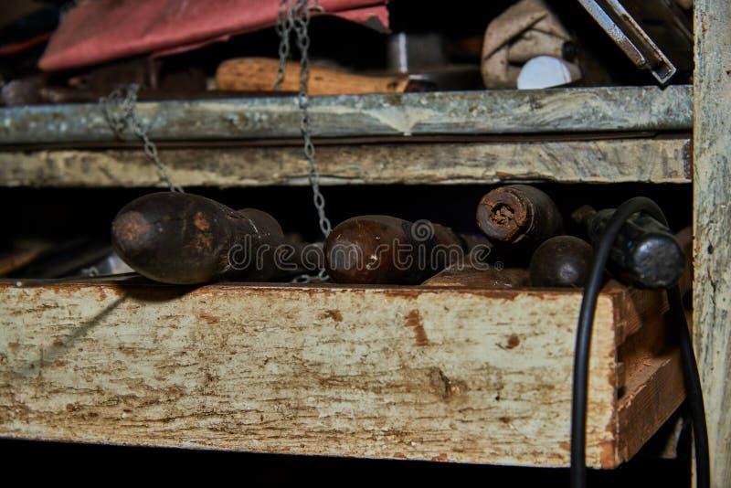 Oude roestige hulpmiddelen op het garagerek royalty-vrije stock afbeelding