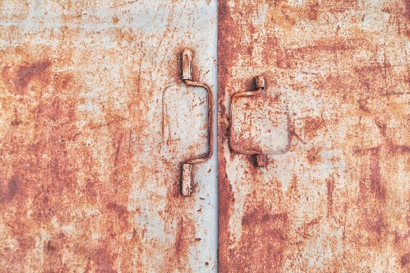Oude roestige ijzerdeur stock afbeelding