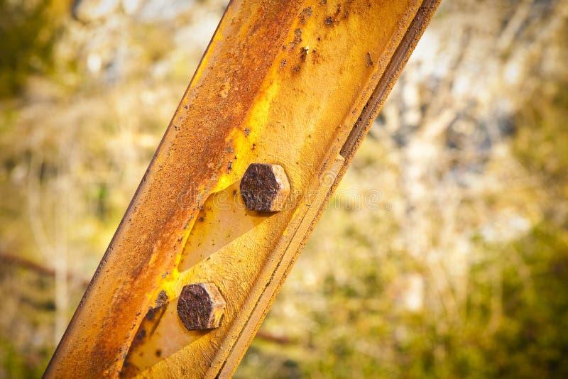 Oude roestige ijzerstructuur met vastgeboute metaalprofielen royalty-vrije stock fotografie