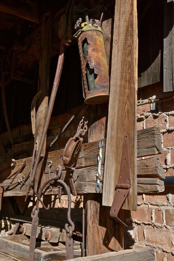 Oude roestige mijnbouwhulpmiddelen royalty-vrije stock fotografie