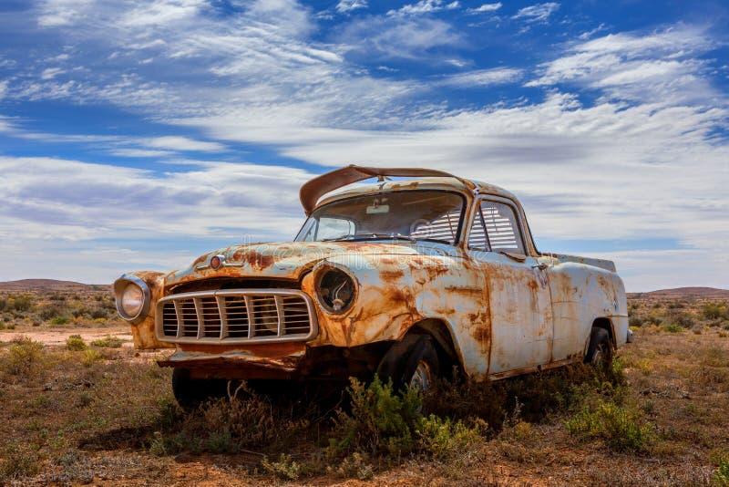 Oude roestige overblijfselauto in Australisch binnenland stock afbeeldingen