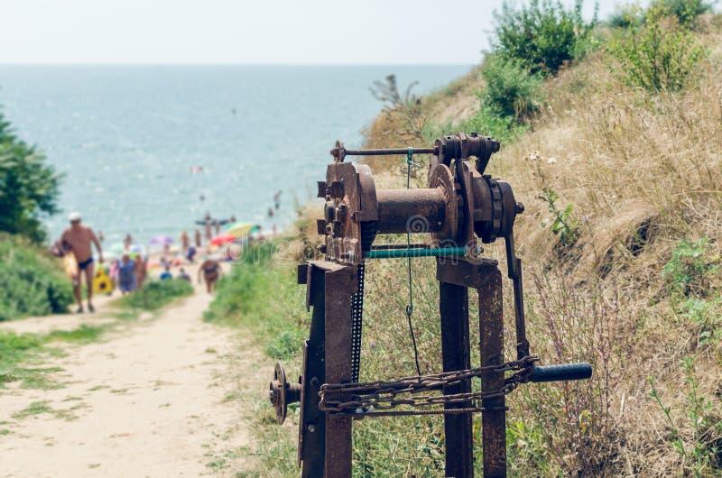 Oude roestige overzeese kruk op de kust royalty-vrije stock afbeeldingen