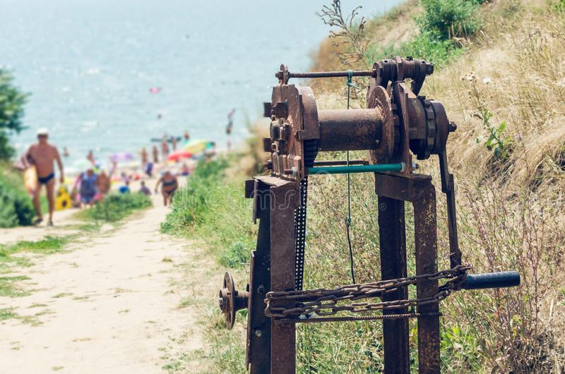 Oude roestige overzeese kruk op de kust royalty-vrije stock foto