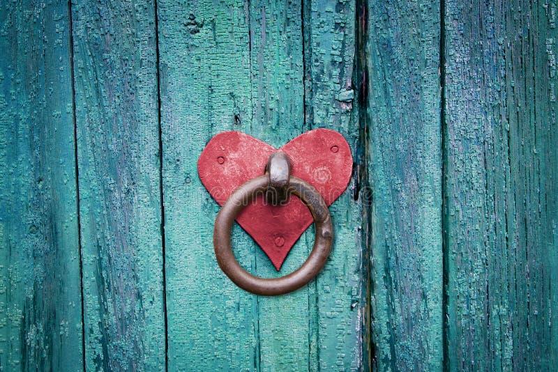 Oude roestige poortklink op deur stock foto's