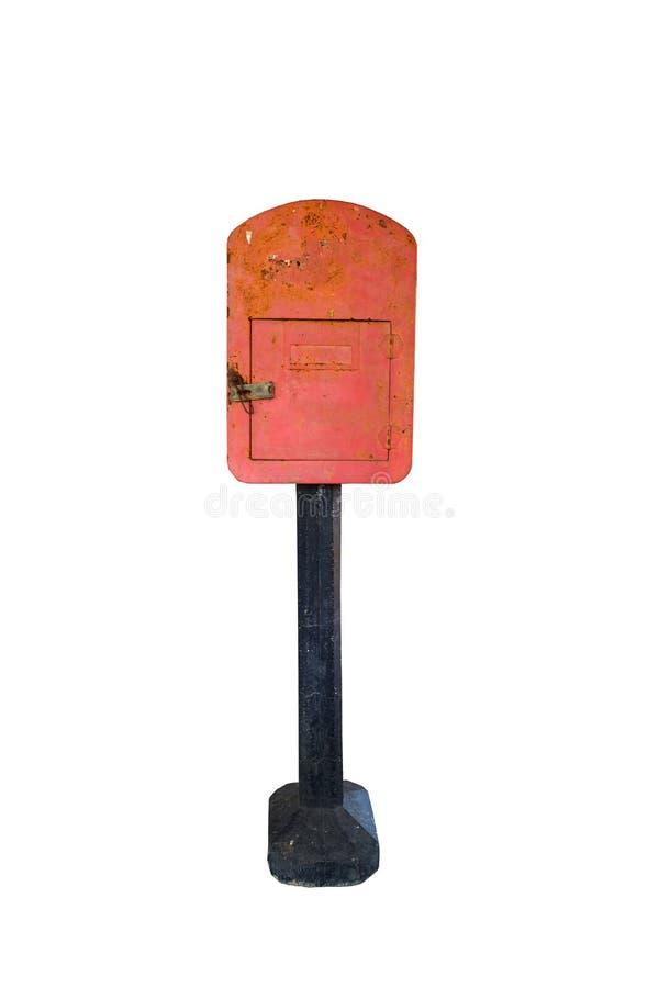 Oude roestige rode geïsoleerde metaalbrievenbus stock foto