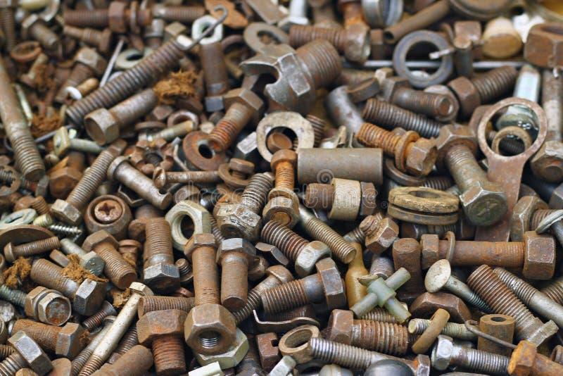 Oude roestige schroeven, noten - en - boutenachtergrond stock afbeeldingen