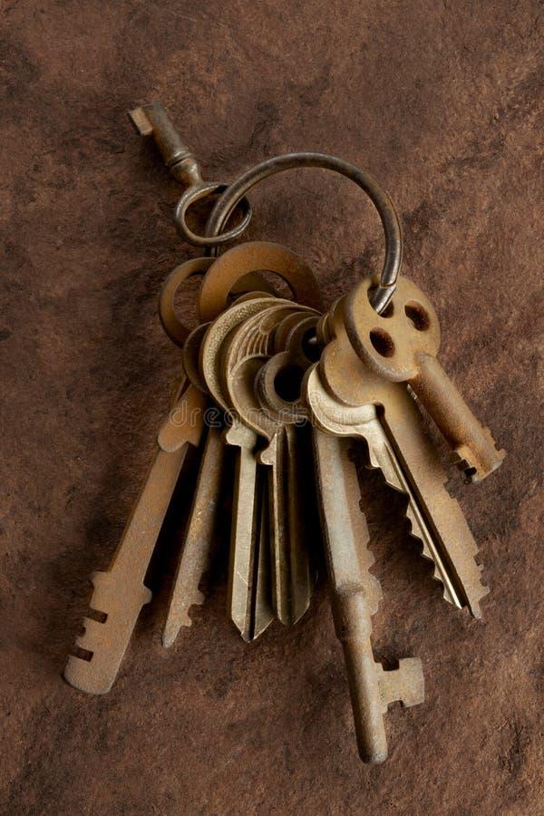 Oude roestige sleutels stock foto's