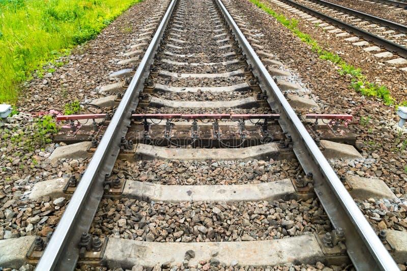 Oude roestige spoorweg Tussen het beton is de dwarsbalken één houten dwarsbalk met het meten van sensoren royalty-vrije stock foto's