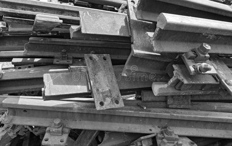 Oude roestige spoorwegsporen in zwart-wit stock afbeeldingen