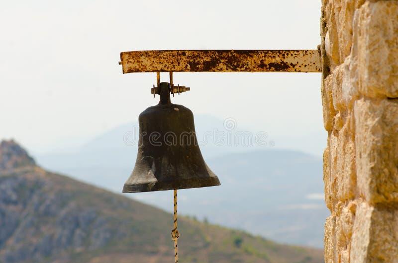 Oude roestige staal grote klok van kerk met binnen kabel op steenmuur royalty-vrije stock fotografie