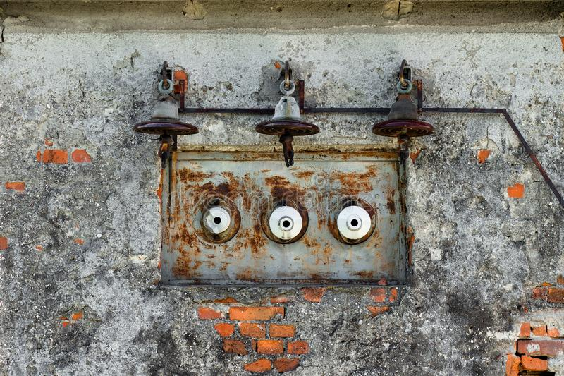 Oude, roestige stroomlijn en zekeringen op een oud huis stock fotografie