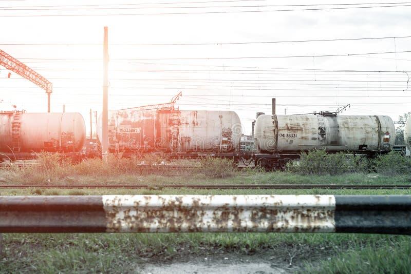 Oude roestige tankerwagen bij station Vloeibaar de goederenreservoir van het vracht industrieel vervoer stock afbeelding