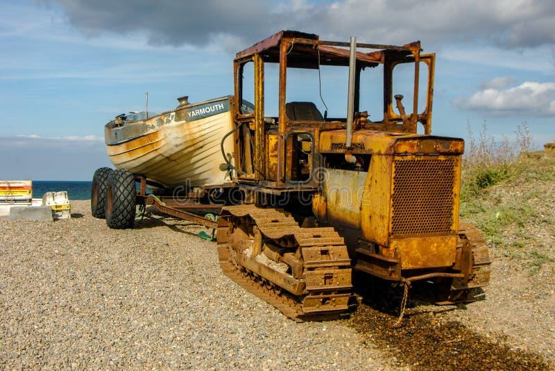 Oude Roestige tractor op strand royalty-vrije stock afbeeldingen