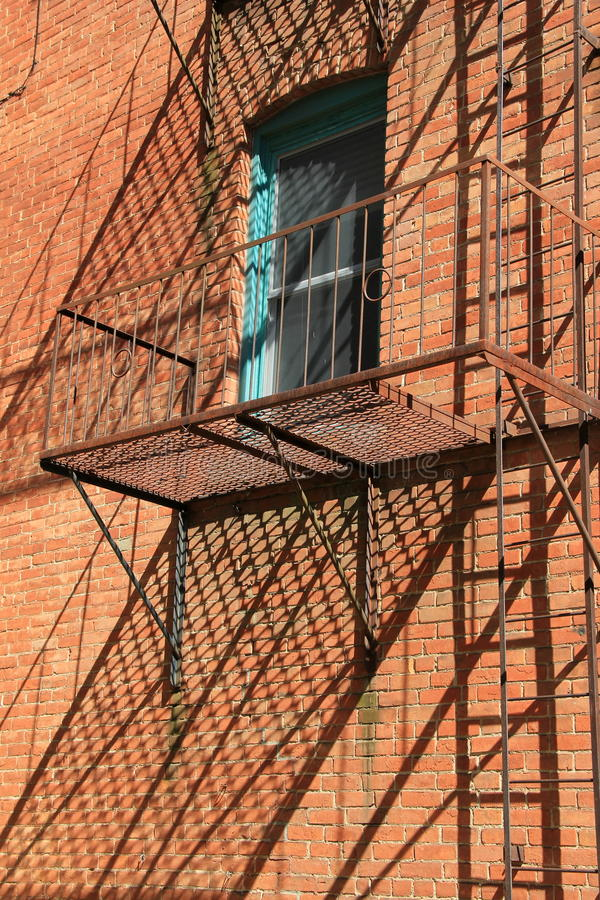 Oude, roestige trap buiten de baksteenbouw royalty-vrije stock fotografie