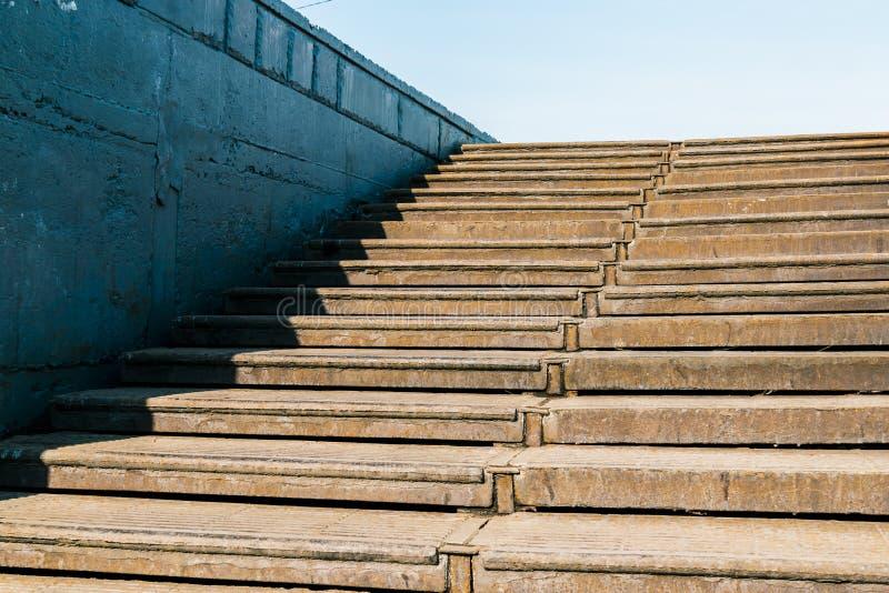 Oude roestige trap die aan de blauwe hemel leiden stock foto's