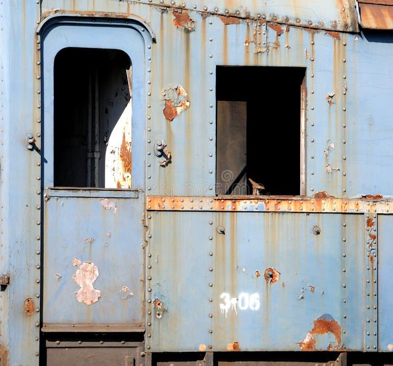Oude roestige treinauto's stock fotografie