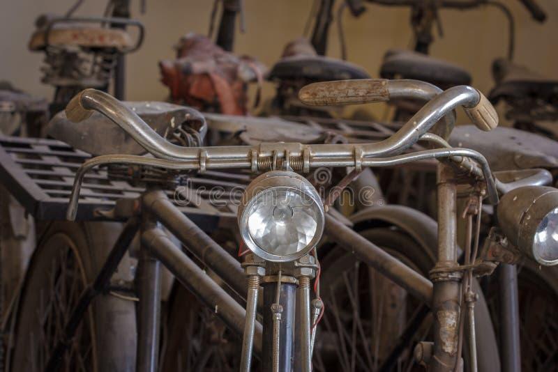 Oude roestige uitstekende fiets. royalty-vrije stock fotografie