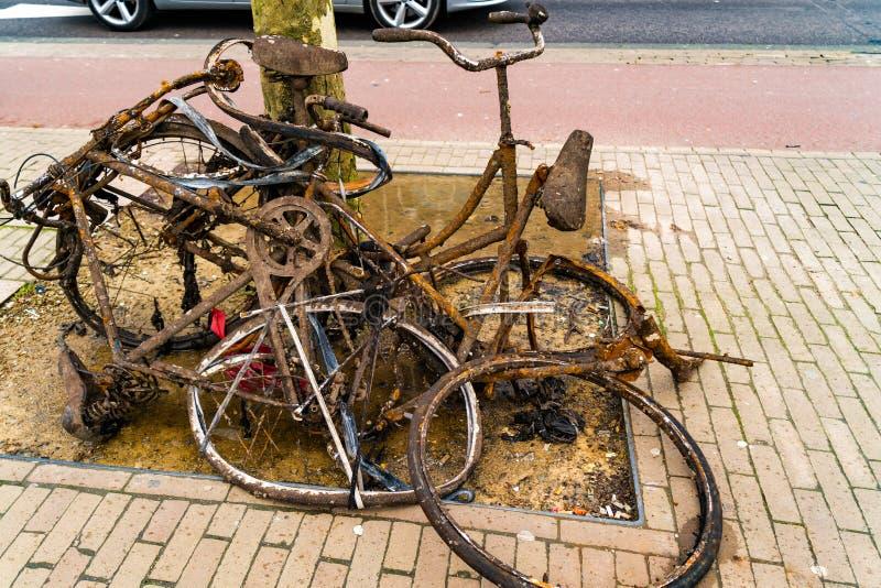 Oude roestige verlaten fietsen royalty-vrije stock foto