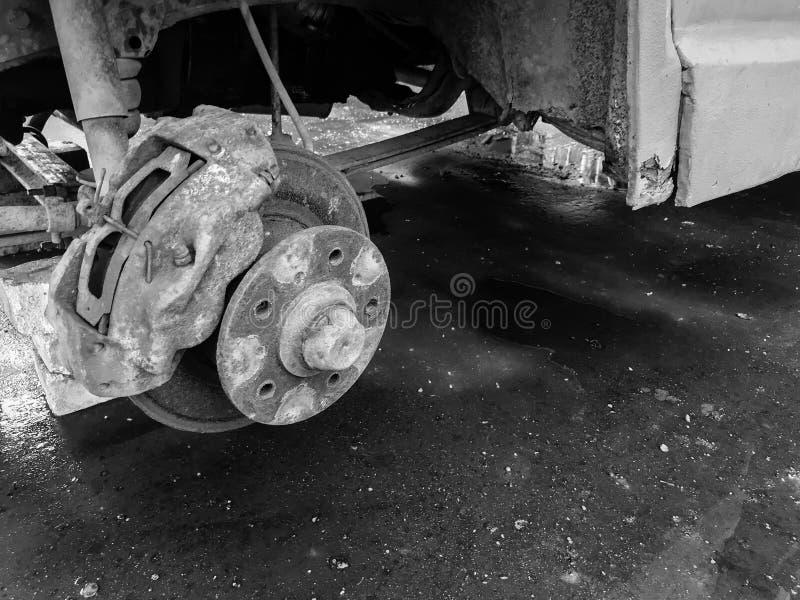 Oude roestige versleten remschijven, stootkussens van een vrachtwagen, auto De reparatie van de autoopschorting Het vervangen van royalty-vrije stock afbeeldingen