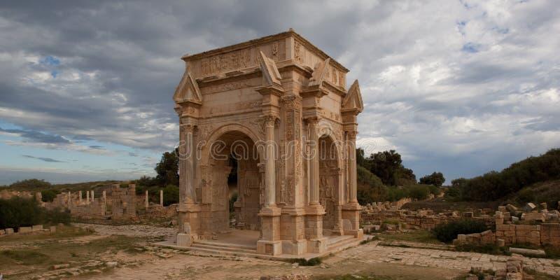Oude Roman boog in Leptis Magna Libië royalty-vrije stock afbeelding